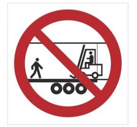 Znak zakaz przebywania na naczepie gdy w środku jest wózek transportowy (bez opisu) (650)