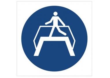 Znak nakaz przechodzenia pomostem (M23)